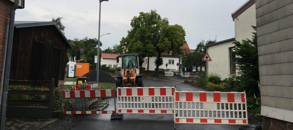 Ist für zwei Wochen im Bereich der Mehrzweckhalle gesperrt: Die Sinderfelderstraße in Anzefahr.
